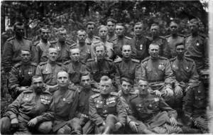 После капитуляции немецких войск началась демобилизация старших возрастов военнослужащих, призванных во время войны. Это происходило и в 88-м отдельном тяжелом танковом полку. На снимке сделанном в лесу под Бур-Штаргардом в конце мая 1945 года — первая группа саперов, автоматчиков, санинструкторов, подлежащих демобилизации. Вглядитесь в их лица – это те самые солдаты, которые своими руками добыли победу. Может быть, кто-нибудь из родственников узнает этих танкистов. Провожали — командир заместитель командира полка Ф.М. Жаркой ( в гимнастерке без орденов), зам. начштаба Комаровский, зам. политотдела полка Л.А. Глушков, начальник химполка Филатов, адъютант командира полка В. Молотков.